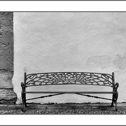 bankje-met-witte-muur