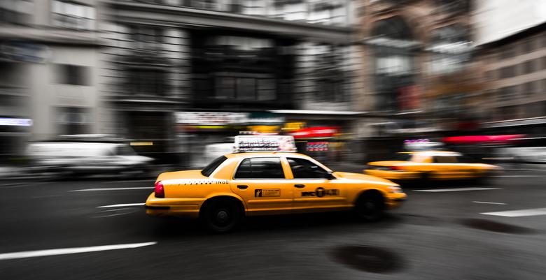 Spitsuur - De 'yellow cabs' haasten zich door Manhattan, New York. Het stopt nooit.
