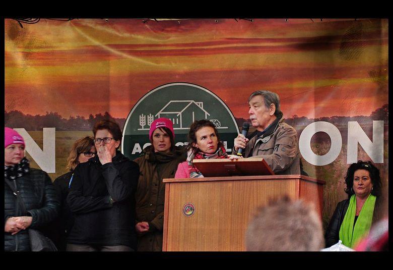 Tijdens het Boeren Protest - . AMSTERDAM -..  vertelde deze spreker hier en publiek een indrukwekkend verhaal over het vluchten tijdens de oorlog in A