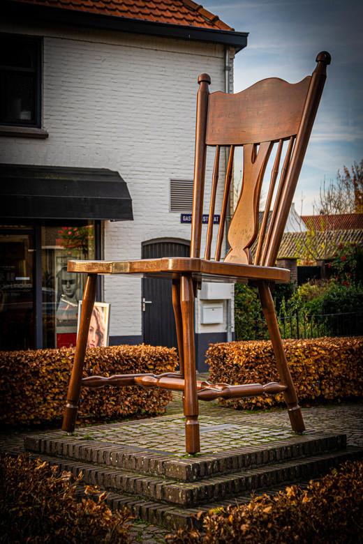 de stoel van Oirschot -  Deze eiken stoel staat symbool van de meubelfabriek Teurlincx en Meijers uit Oirschot. Meer dan 100 jaar heeft deze fabriek m