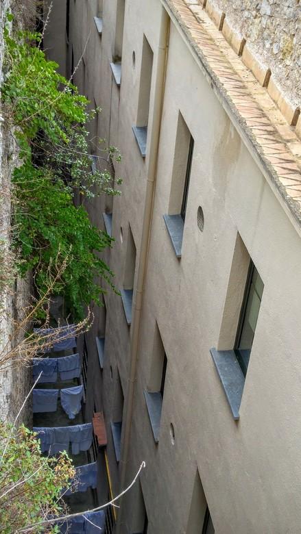 Was drogen in Girona - In een stad als Girona (Spanje) is het lastig een plek te vinden om je was te drogen. Hier wordt de was gedroogd tussen de hoge
