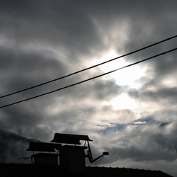 Achter de wolken schijnt de zon.