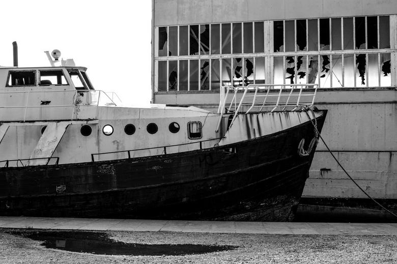 Verlaten - Deze foto heb ik genomen in Frankrijk. De loods en het schip waren allebei verlaten en aan het vergaan.