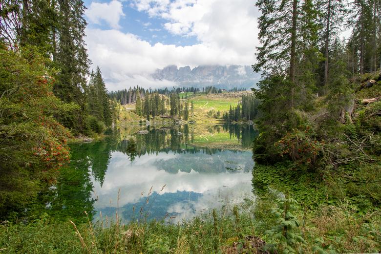 Meer in de Dolomieten - Spiegeling in een meer in de Dolomieten, Italië