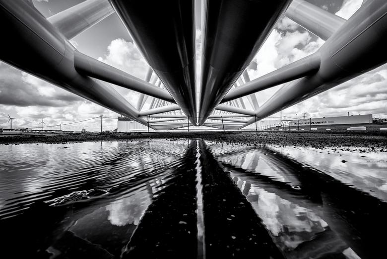 Maeslantkering - De Maeslantkering, onderdeel van de Deltawerken en bescherming tegen het water. Van onderaf genomen. Blij met de fraaie reflectie in