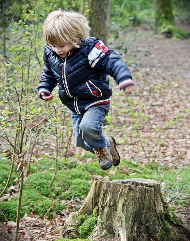 1,2,3..... en spring. - 1,2,3..... en spring.<br /> Een mooie sprong van een boomstronk.<br />