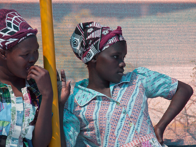 Namibië 51 - Wachten op wat komen gaat.<br /> Twee leden een zang en dans groep.<br /> Ik heb op youtube een filmpje geplaatst van deze groep<br />