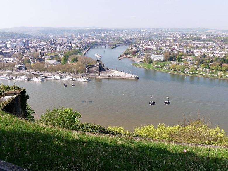 Deutsches eck - Vanaf de vesting Ehrenbreitstein bij Koblenz een uitzicht op Deutsches Eck, gelegen aan de samenloop van de Moezel en de Rijn.