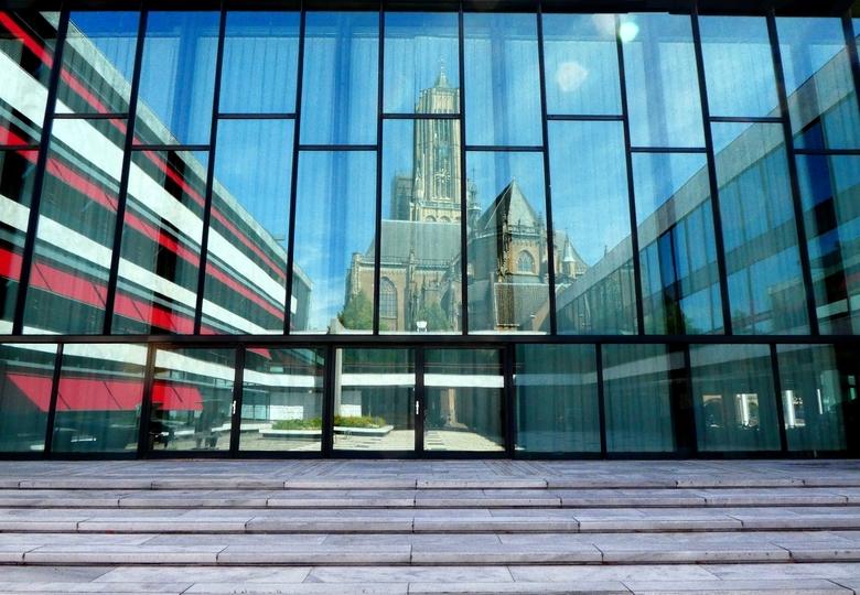Eusebiuskerk  - Op het plein van het gemeentehuis in Arnhem is de weerspiegeling van de Eusebiuskerk duidelijk te zien.<br /> <br /> Zomer 2018
