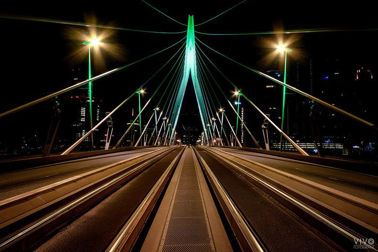 Erasmusbrug Rotterdam - De Erasmusbrug in de stads kleuren groen en wit. Nog nooit meegemaakt; geen verkeer.