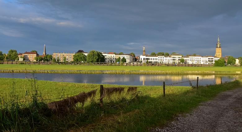 IJsselkade Zutphen in het zonnetje - Zo vaak al gefotografeerd. Maar de IJsselkade in Zutphen blijft mooi. Zeker zoals nu in het zonnetje.