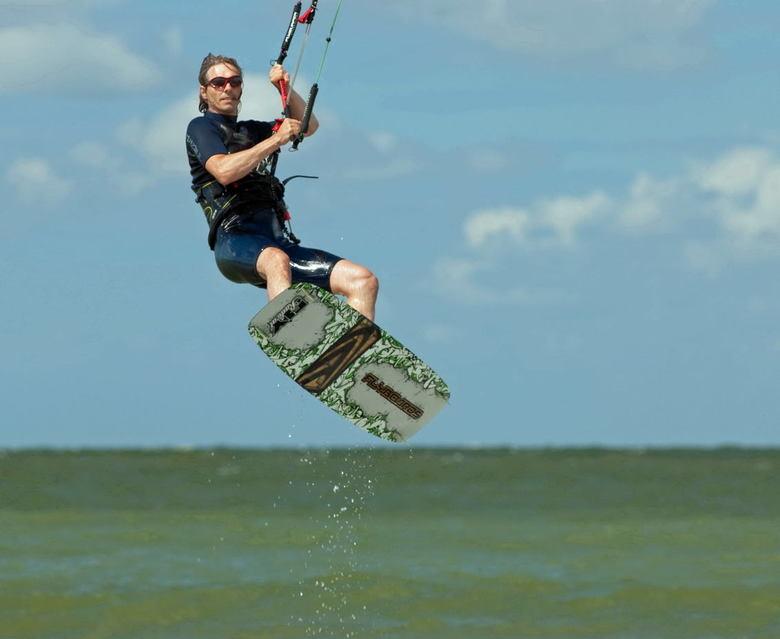 Hanglose - Kitesurfer Paul te Nieuwvliet-Bad.