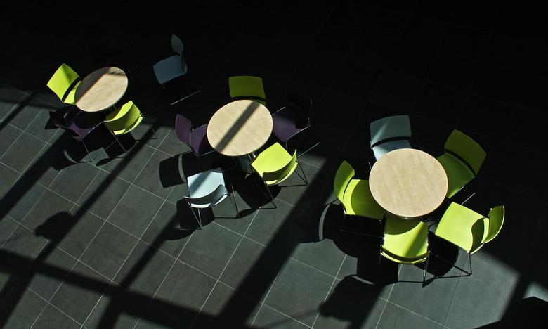 drie lichtblauwe stoelen - Deze foto heb ik in de hal van een verzamelgebouw met verschillende instanties genomen.