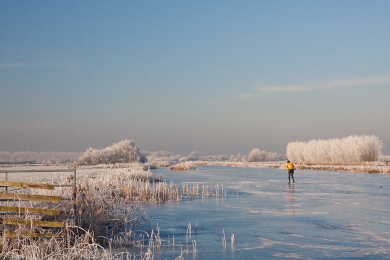 Winter in Holland - Met wat goede nachtvorsten en een beetje geluk kun je in de ondiepe poldersloten rondom Wilnis heerlijk schaatsen midden in de nat