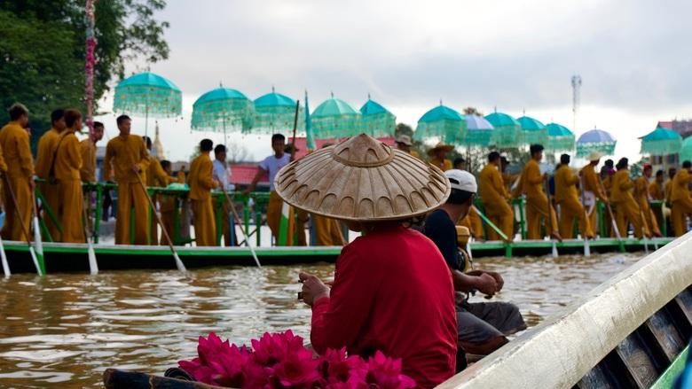 Kleurrijk festival op het water - Een boten optocht in Myanmar tijdens de bekende 'volle maan van Thadingyut'.