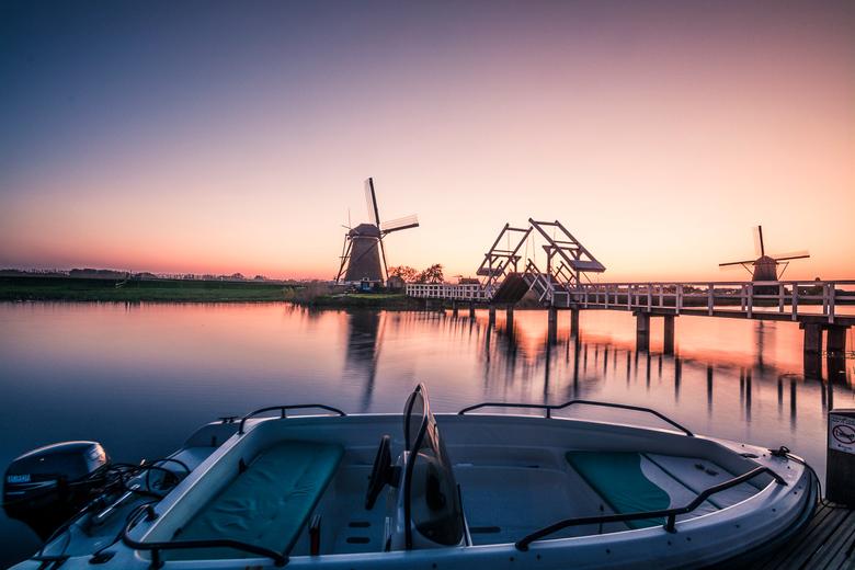"""Kinderdijk - Kinderdijk Mag die boot daar wel liggen <img  src=""""/images/smileys/wilt.png""""/> wel een handig vervoer naar je shoot!"""