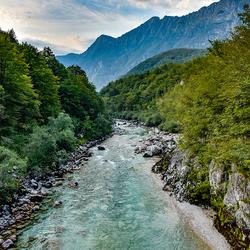 De blauwe Soča rivier.