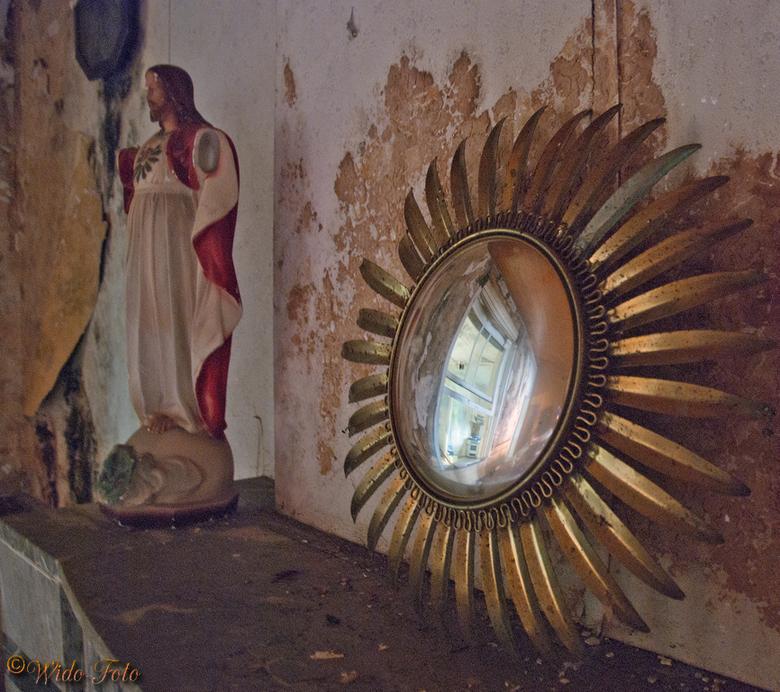 Spiegeltje, spiegeltje... - Ergens in een oud verlaten huisje.