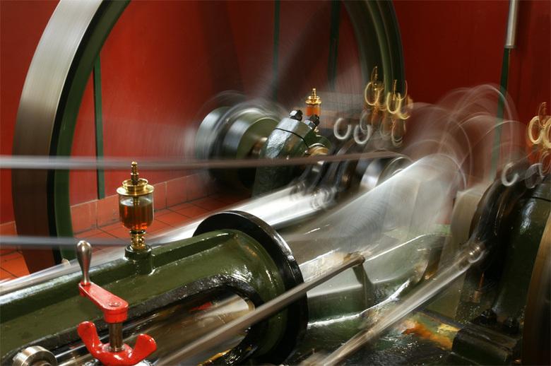 Stoommachine in actie - Dit is de stoommachine welke is opgesteld in het openluchtmuseum.<br /> Flits op het tweede gordijn.<br /> <br /> Iedereen