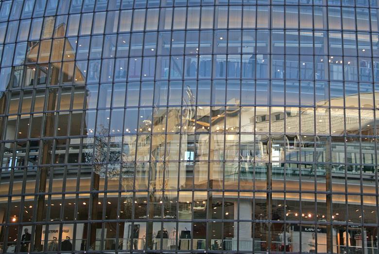 Keulen - Een weekendje in Keulen leverde weer wat nieuw materiaal. Reflecties in de gevel van P&C.