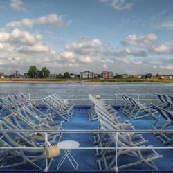 Passagierschip aan de Waal bij Nijmegn