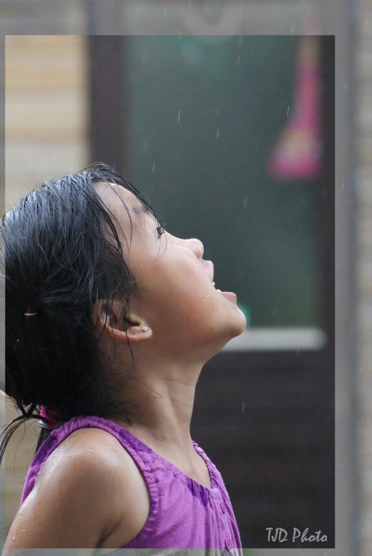 Wat is regen toch mooi - Aan het oefenen met portretten was mijn dochter een uitstekend doelwit toen ze genoot van de regen terwijl het nog lekker war
