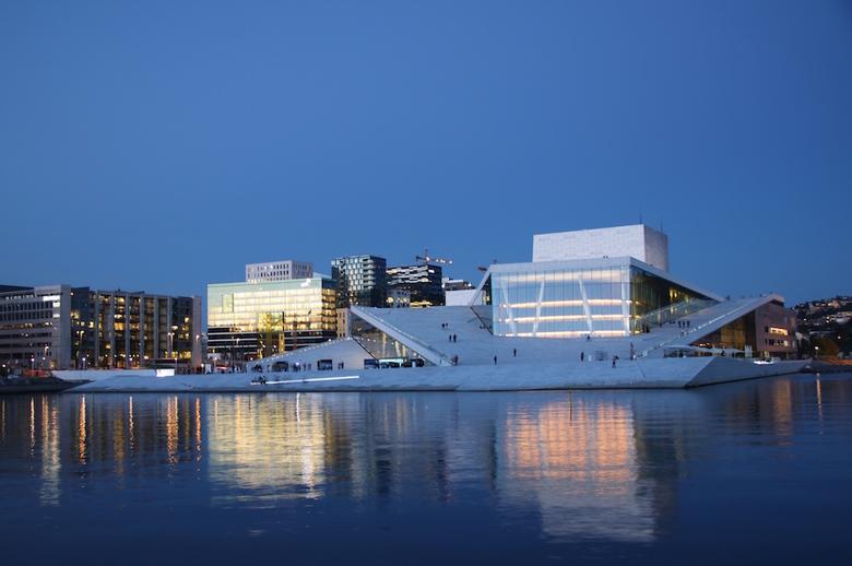 reflectie   - Het Opera Huis te Oslo.<br /> Het gebouw is opgetrokken uit Italiaans marmer, wit graniet en glas. Het is een geweldig gebouw met een d