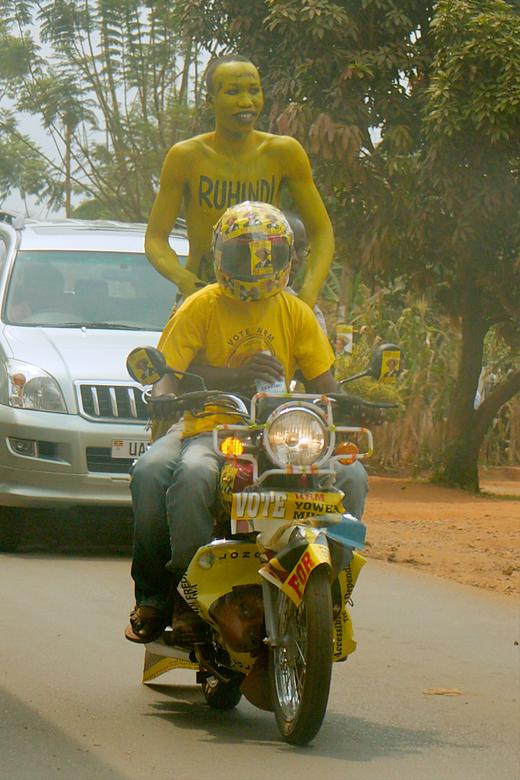 Verkiezingen in Uganda morgen - Zag deze NRM fans voorbij scheuren op hun bodaboda. De bestuurder ziet niet veel met die stick op het vizier en degene