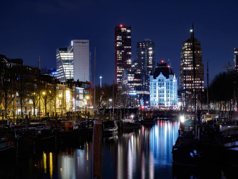 Het Witte Gebouw in de oude haven - Hit witte gebouw in de oude haven van Rotterdam, vlak bij de Willemsbrug, hier gefotografeerd op de hele koude avo