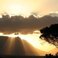 Zon achter de wolken bij de tafelberg