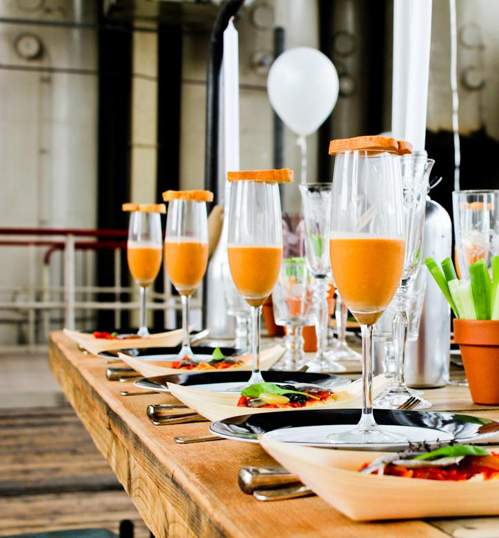 Diner - Een zomers kleurrijk diner in een prachtige melkpoederfabriek