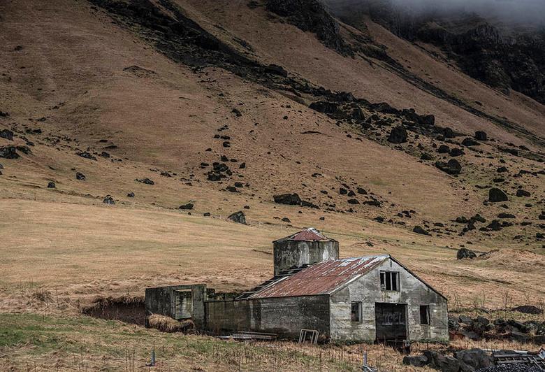 ijsland - Een verlaten boerderij op IJsland. De meeste boerderijen zagen er niet welvarend uit. Als je het land ziet waar ze het van moeten hebben, da