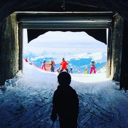 Skitunnel met uitzicht op de berg