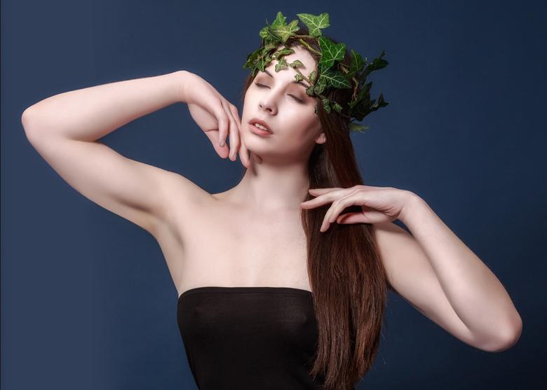 met krans van klimop - model Elle Beth<br /> <br /> Was weer fijn om zoveel reacties op mijn vorige foto&#039;s te mogen ontvangen.<br /> Bedankt!