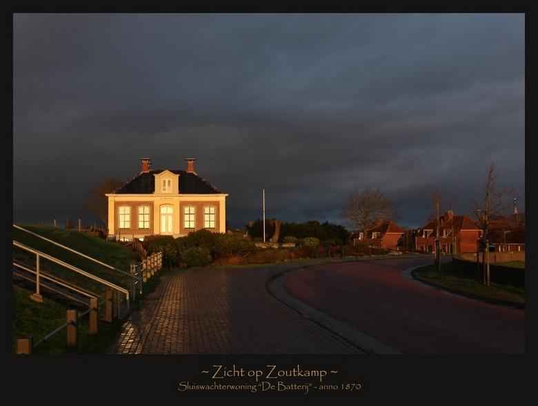 Zicht op Zoutkamp - De Batterij is een statig herenhuis dat pontificaal op de dijk van Zoutkamp staat. Het huis is rond 1870 gebouwd, en was in gebrui