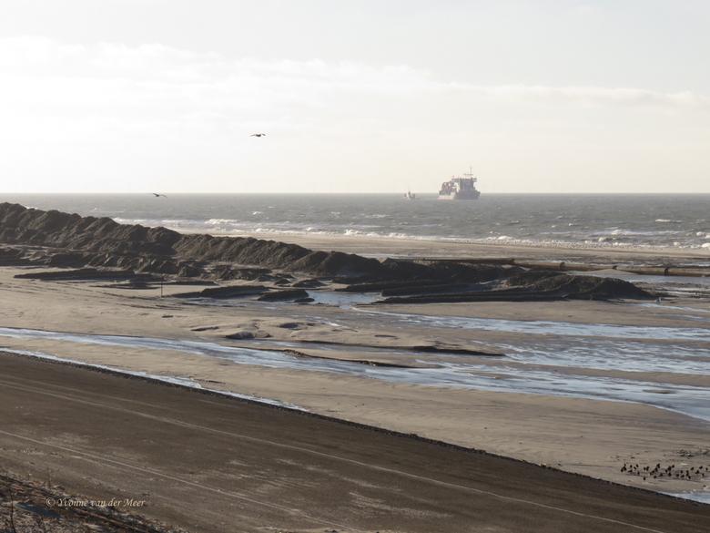 Zand opspuiten bij Petten. - Hier kun je goed zien dat de leiding waar het zand door komt heel lang is.<br /> Het komt van het schip via het kleine s