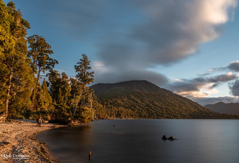 Zonsondergang in Iveagh Bay, Lake Brunner (NZ) - Na een mooie dag een vrij kamperen plek gevonden bij Lake Brunner, en kunnen genieten van een van de