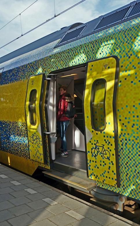 She look not so friendly . . . - Met de groene trein naar Zwolle - . <br /> <br /> De groene trein verdient een groene kleur.<br /> <br /> NS en E