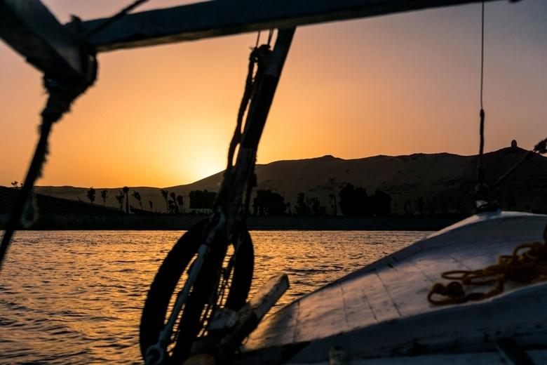 Ja, ik wil! - Zonsondergang vanaf een traditionele Felucca zeilboot op de Nijl bij Aswan. In de heerlijke relatieve koelte van het water en tijdens de