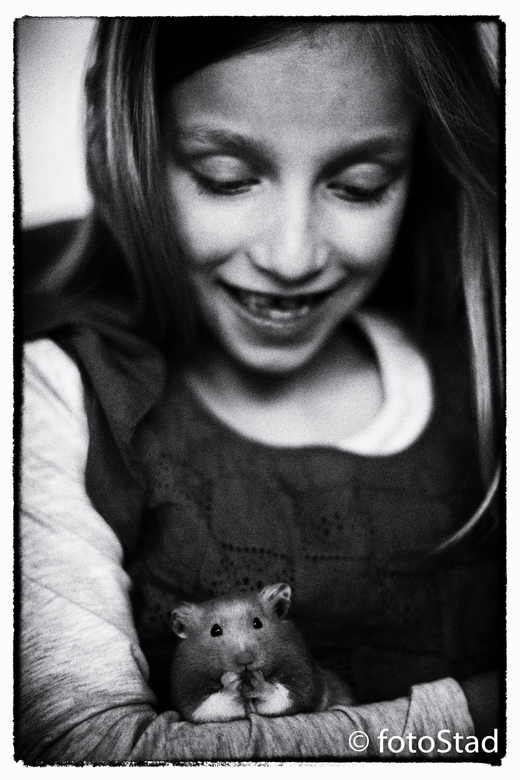 kind&amp;dier - ik ben bezig om sfeerportretten vast te leggen van kind&amp;dier in natuurlijk licht, 50 mm 1.4, zwart wit.<br /> ik plaats ze hier i