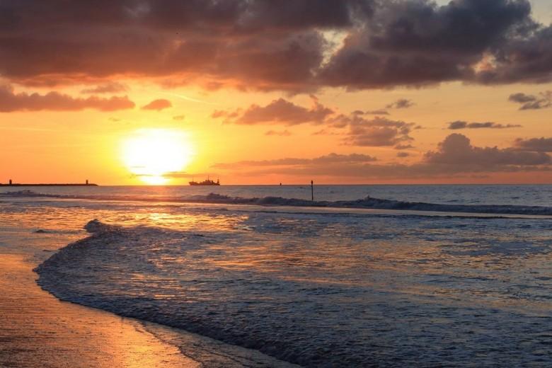 Ondergaande zon - De ondergaande zon bij Scheveningen.