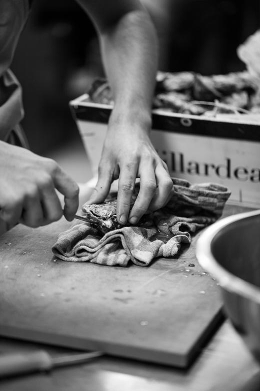 In the kitchen - Oesters bereiden bij restaurant Tribeca in Heeze