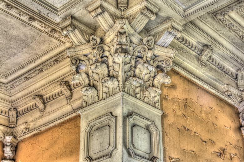 Kasteel Rochendaal - macro van muurornament in het voor de rest vervallen kasteel Rochendaal