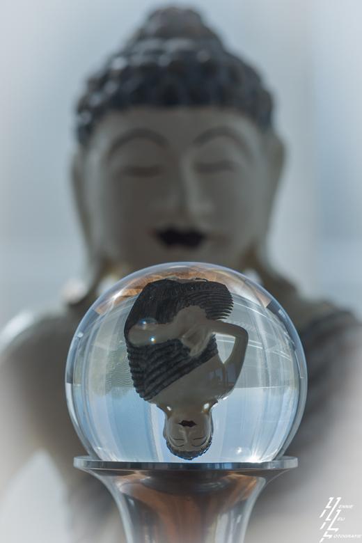 glazenbol boeddha - Boeddha als model gekozen voor glazenbol fotografie.