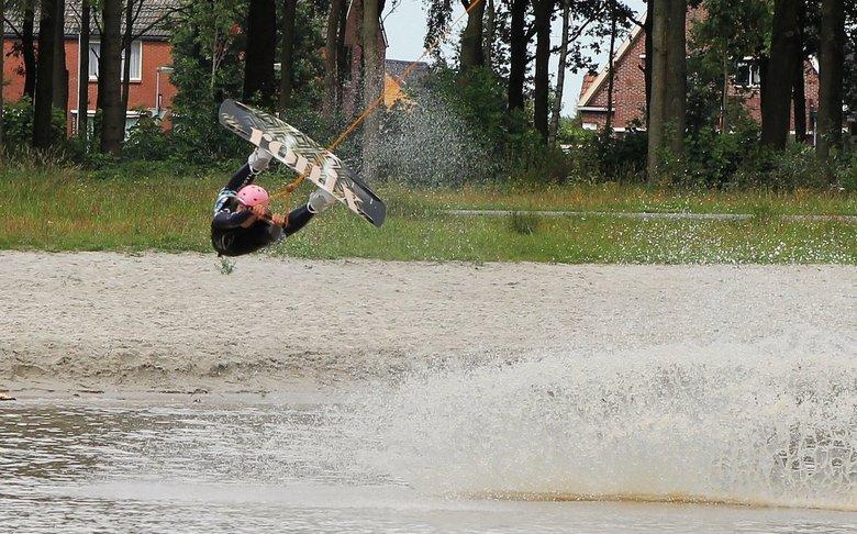 mooie sprong - Foto genomen op een waterskibaan met kabelsysteem