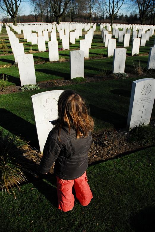Bewondering - Mijn dochter van 6 jaar kijkt vol ongeloof naar een headstone op het Canadees memorialfield als ik haar uitgelegd heb dat er veel mensen