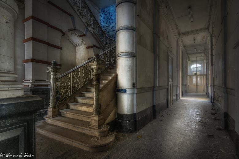 Stairs in an old university - Een trap in een oude verlaten Universiteit.