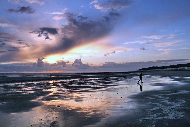 Zonsondergang. - Zonsondergang op het strand bij de kustplaats Burgh-Haamstede Zeeland.<br /> 19 mei 2015.<br /> Groetjes Bob.