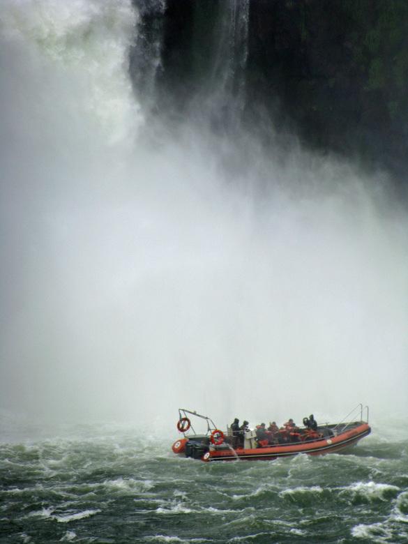 Iguazu watervallen - Een spannend boottochtje langs EN onder de watervallen.