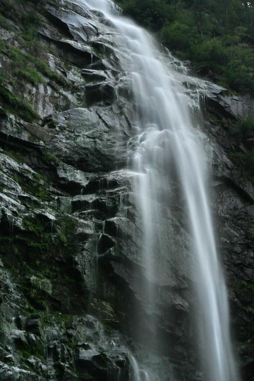 detail waterval - Hier een opname van een gedeelte van een waterval. <br /> Deze waterval ligt achterin het Verzascadal, in het kanton Tessin in Zwit